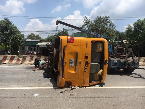 Xe đò đang chạy rơi hai bánh rồi lật ngang, 10 người bị thương - Ảnh 2.