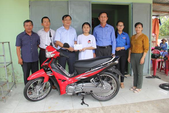 Cô bé mồ côi mẹ giữa mùa Vu lan được hỗ trợ xe máy, học bổng - Ảnh 3.