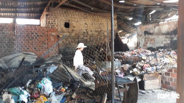 Tiểu thương bới tìm từng bao muối, bịch xà bông... trong tàn tro khu chợ cháy - Ảnh 3.