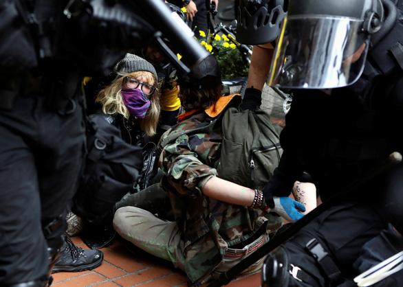 Cực hữu - cực tả giáp mặt ở Mỹ, 13 người bị bắt - Ảnh 2.