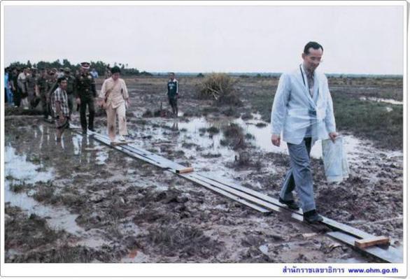 Nhìn lại hành trình thay trời làm mưa giúp nông dân của Nhà vua Thái - Ảnh 3.