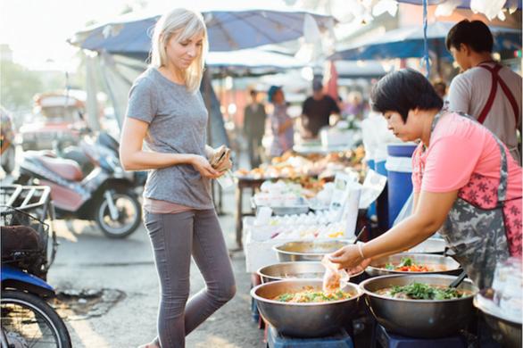 Thái Lan làm sạch thức ăn đường phố để hút du lịch - Ảnh 1.