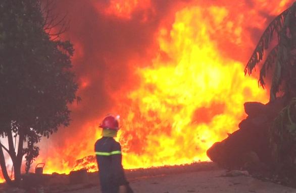 Mới hoạt động được 7 ngày, công ty nhựa bị lửa bao trùm - Ảnh 1.