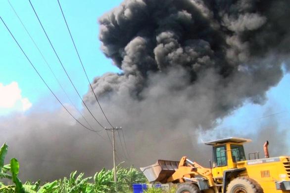 Mới hoạt động được 7 ngày, công ty nhựa bị lửa bao trùm - Ảnh 4.