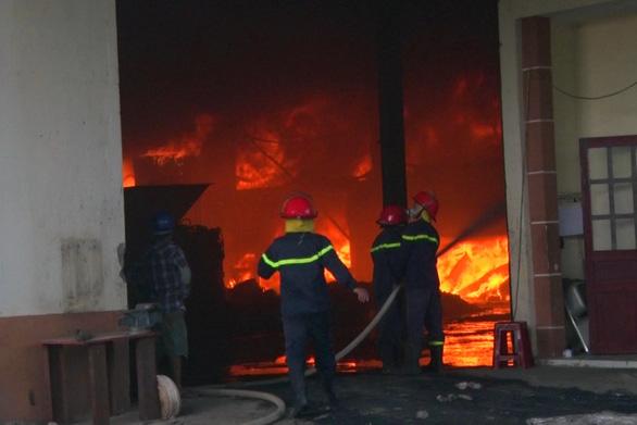 Mới hoạt động được 7 ngày, công ty nhựa bị lửa bao trùm - Ảnh 3.