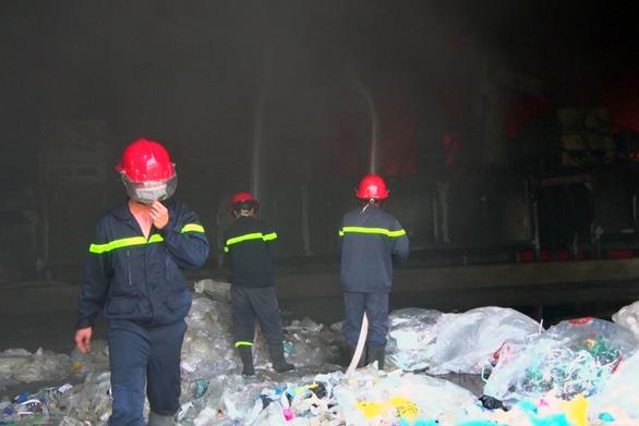 Mới hoạt động được 7 ngày, công ty nhựa bị lửa bao trùm - Ảnh 5.