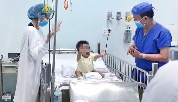 Ông nội hiến gan để cứu cháu trai từng sinh non 3 tháng - Ảnh 1.