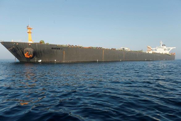 Mỹ đòi bắt giữ, tàu dầu Iran vẫn ung dung rời Gibraltar - Ảnh 1.