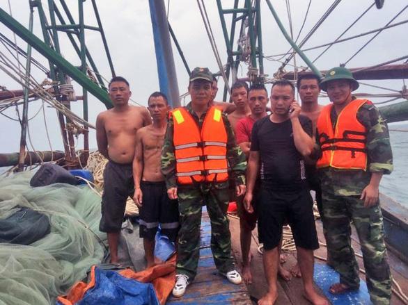 7 ngư dân thoát chết khi tàu cá chìm giữa biển - Ảnh 1.