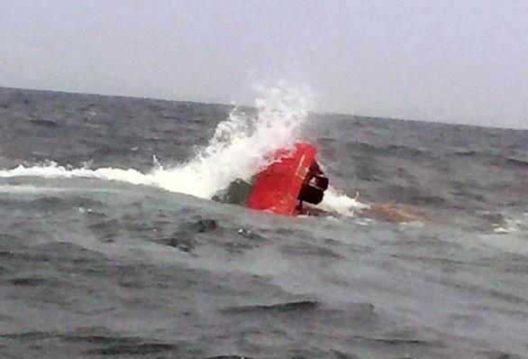 7 ngư dân thoát chết khi tàu cá chìm giữa biển - Ảnh 2.