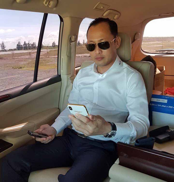 Thiếu gia nổi tiếng xứ Cà Mau khoe hàng xấp tiền USD trên mạng - Ảnh 1.