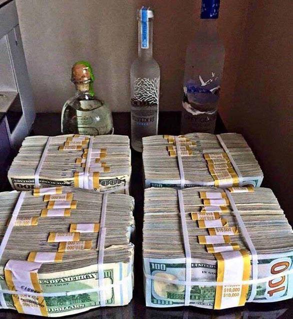 Thiếu gia nổi tiếng xứ Cà Mau khoe hàng xấp tiền USD trên mạng - Ảnh 2.