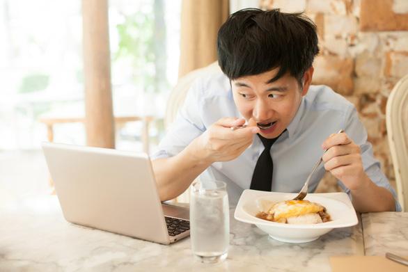 Ăn uống thế nào để không đột quỵ trên bàn làm việc - Ảnh 1.