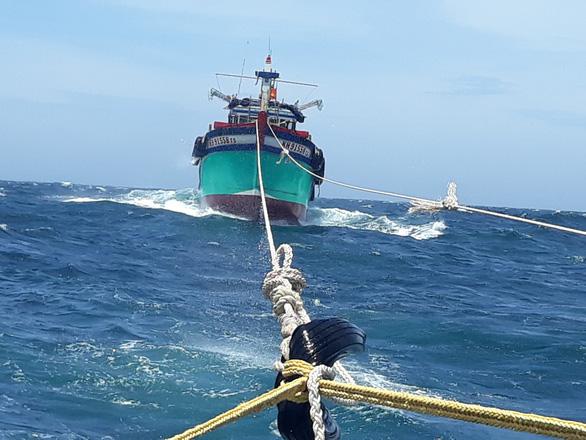 Tàu kiểm ngư cứu 2 tàu cá và 12 ngư dân gặp nạn trên biển - Ảnh 2.