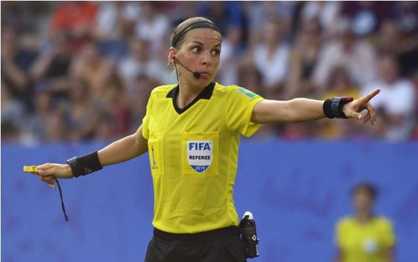 UEFA quyết định... sốc: nữ trọng tài Frappart cầm còi trận siêu cúp Chelsea - Liverpool - Ảnh 1.