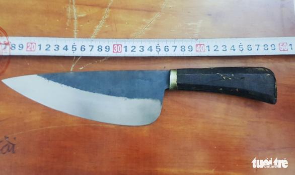 Nghi phạm kề dao vào cổ nữ nhân viên dọa cướp tiền khai gì? - Ảnh 2.