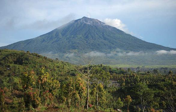 Indonesia cảnh báo an toàn bay do núi lửa Kerinci phun trào - Ảnh 1.