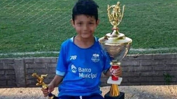 Đang đá bóng, cầu thủ nhí 8 tuổi ngã gục vì... trúng đạn lạc vào đầu - Ảnh 1.