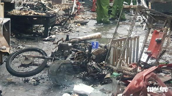Xe máy giao gas ngã xuống đường, lửa bùng lên thiêu rụi 6 kiôt - Ảnh 3.