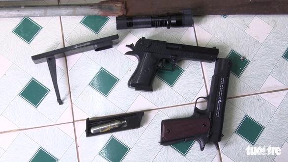 Tạm giữ 5 thanh niên mang súng đi đòi nợ tiền vay 5 triệu đồng - Ảnh 2.