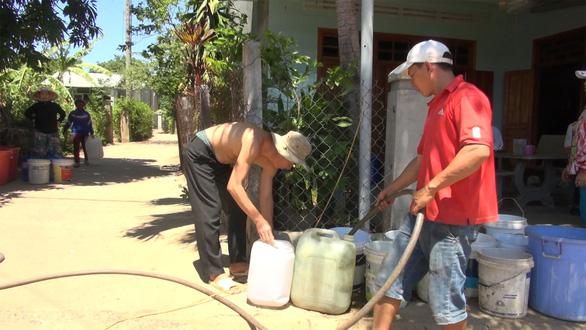 Miền Trung: Phải dùng xe cứu hỏa tiếp nước cho dân vùng hạn - Ảnh 2.