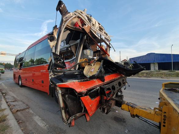 Hai xe khách va chạm, 1 người chết, 20 người bị thương - Ảnh 1.