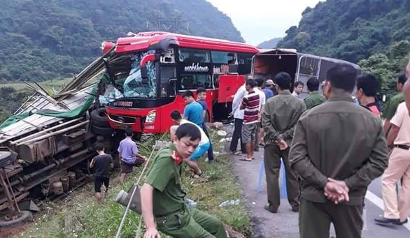Hòa Bình: Xe khách đâm đuôi xe tải, 2 người chết, 7 người bị thương - Ảnh 1.