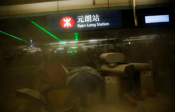 Nhà ga Hong Kong mịt mù khói khi người biểu tình xung đột với cảnh sát - Ảnh 1.