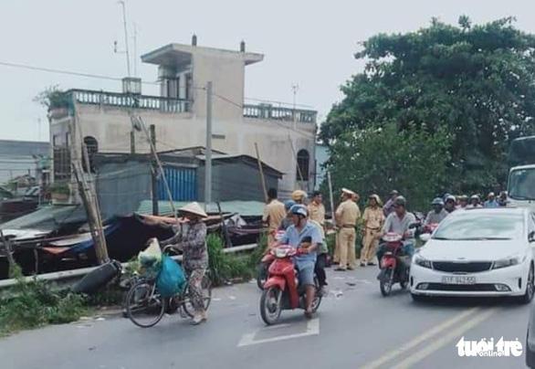 Xe bồn va chạm xe máy, hai mẹ con tử vong - Ảnh 1.