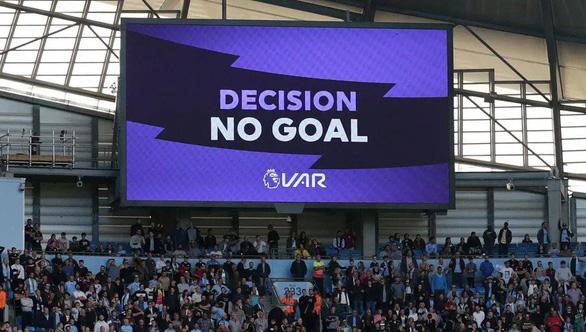 Giải ngoại hạng Anh ra luật 'ngớ ngẩn' khi rút thẻ đỏ cầu thủ vào phòng VAR - Ảnh 1.