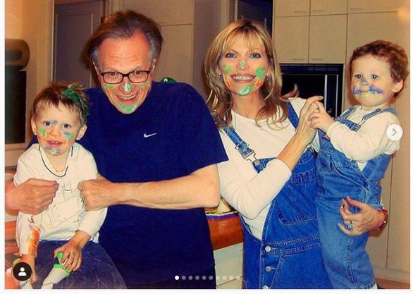 Người dẫn chương trình Larry King nộp đơn ly hôn lần 8 với người vợ thứ 7 - Ảnh 2.