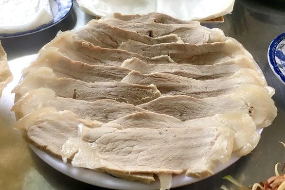 Khi khách gọi thì thịt mới được luộc nhằm để phần da không bị đứt lìa với phần nạc