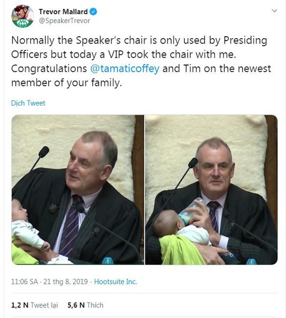 Chủ tịch Hạ viện New Zealand cho trẻ con ti sữa khi chủ trì phiên họp - Ảnh 1.