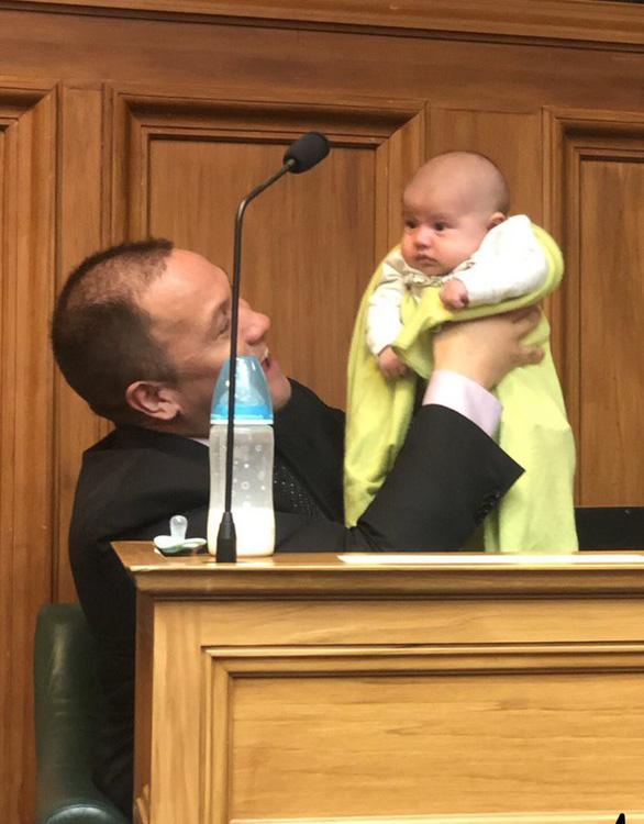Chủ tịch Hạ viện New Zealand cho trẻ con ti sữa khi chủ trì phiên họp - Ảnh 3.