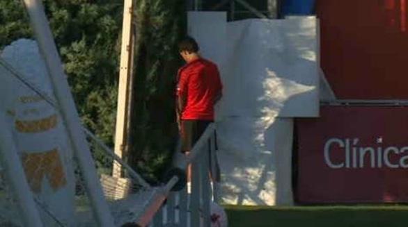 Cầu thủ đắt giá nhất Atletico Madrid bị bắt quả tang đang 'tè bậy' - Ảnh 1.