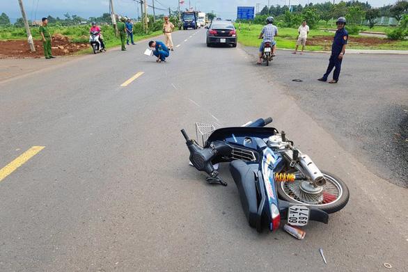 Lái xe máy không đội mũ bảo hiểm tông CSGT nứt xương chậu - Ảnh 1.