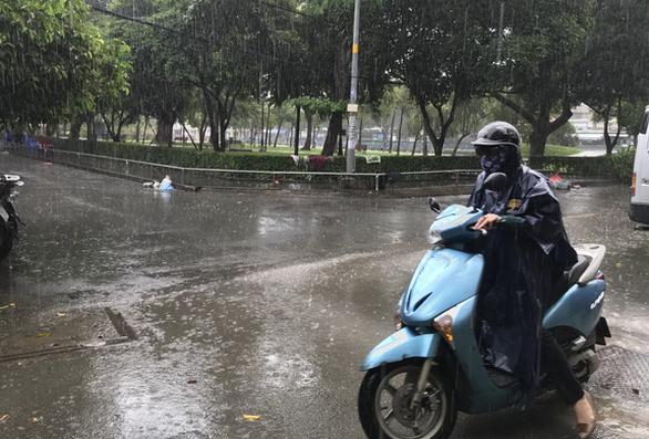 Sài Gòn sáng nắng, trưa mưa, buổi chiều sẽ mưa hầu hết Nam Bộ - Ảnh 1.
