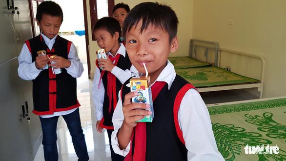 Vinamilk tặng hơn 71.000 ly sữa cho học sinh vùng cao tại Quảng Ninh - Ảnh 4.