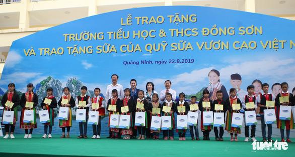 Vinamilk tặng hơn 71.000 ly sữa cho học sinh vùng cao tại Quảng Ninh - Ảnh 1.