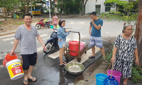 Đà Nẵng: Dân khoan giếng, chấp nhận dùng nước hôi mùi bùn để sinh hoạt - Ảnh 1.