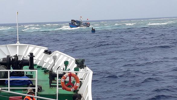 Tàu cá chở 13 ngư dân va đá ngầm giữa biển - Ảnh 1.