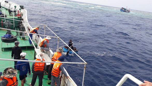 Tàu cá chở 13 ngư dân va đá ngầm giữa biển - Ảnh 3.