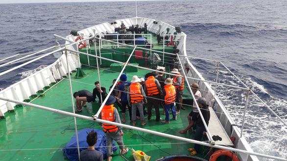 Tàu cá chở 13 ngư dân va đá ngầm giữa biển - Ảnh 4.