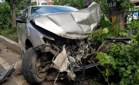 Xe 4 chỗ mất lái băng ngang quốc lộ 1, biến dạng khi tông xe tải - Ảnh 2.