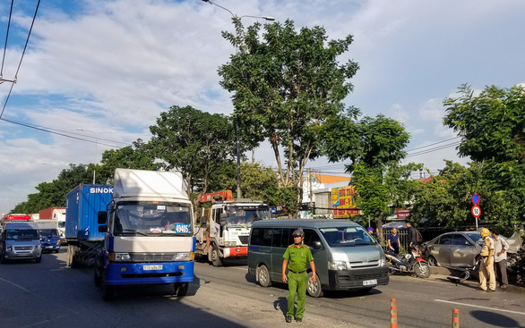 Xe 4 chỗ mất lái băng ngang quốc lộ 1, biến dạng khi tông xe tải - Ảnh 3.
