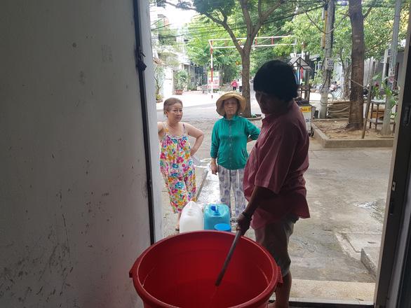 Đà Nẵng: Dân khoan giếng, chấp nhận dùng nước hôi mùi bùn để sinh hoạt - Ảnh 2.