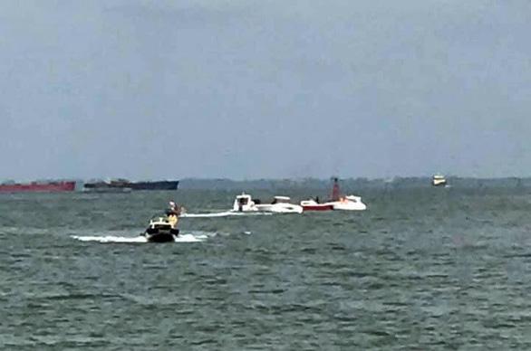 Lật canô 19 người rơi xuống biển Vũng Tàu, may mắn được cứu - Ảnh 1.