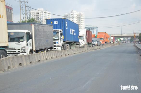 Xe container tông liên hoàn, hướng ra vào cảng Cát Lái tê liệt - Ảnh 2.