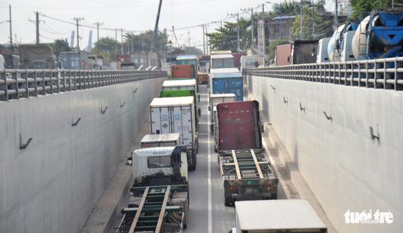 Xe container tông liên hoàn, hướng ra vào cảng Cát Lái tê liệt - Ảnh 3.