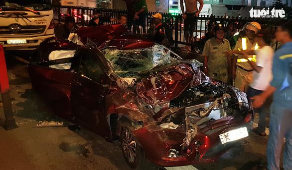 Xe bị ép bẹp dúm khi dừng đèn đỏ, cả gia đình may mắn thoát chết - Ảnh 4.